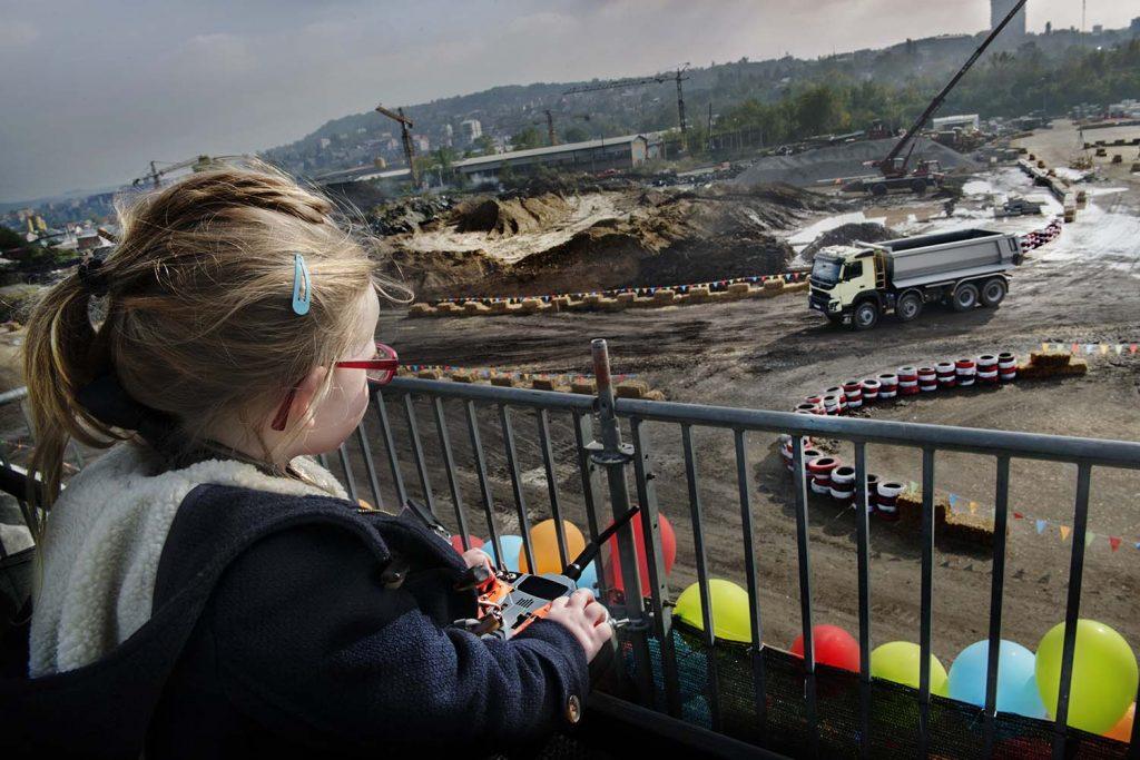 Sophie, o fetiţă de patru ani, testează un autocamion Volvo de 18 tone
