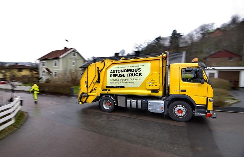 Volvo Trucks și Renova testează camioane autonome de colectare a deșeurilor