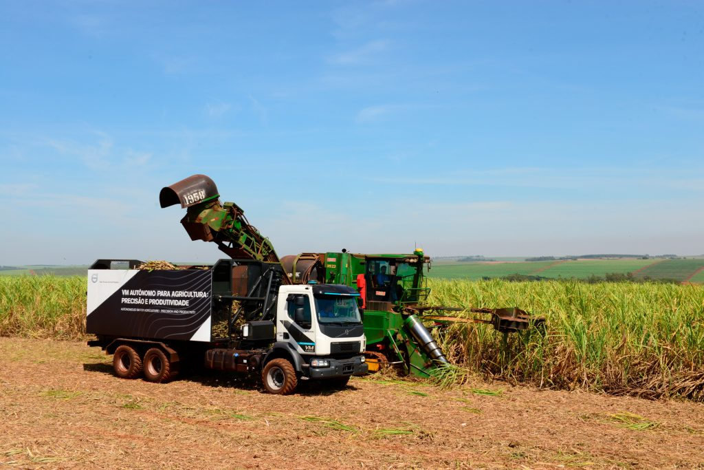 Camionul autonom Volvo contribuie la creşterea producția de trestie de zahăr, în Brazilia