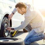 Pana de cauciuc  – cum să schimbi roata de rezervă rapid și în siguranță