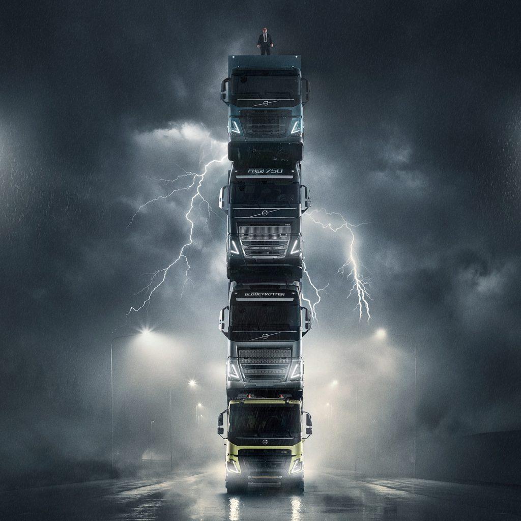 Volvo lansează patru noi autocamioane într-un mod spectaculos: unul peste altul iar deasupra președintele companiei